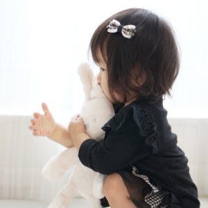 優しく抱きしめる女の子