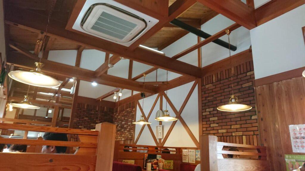 明るい雰囲気で落ち着くカフェ店内
