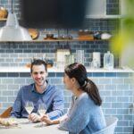 会話を楽しみながら食事するカップル
